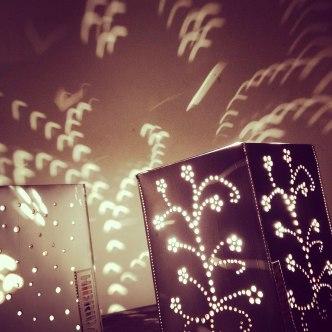 Luminária feita com reaproveitamento de embalagens Longavida